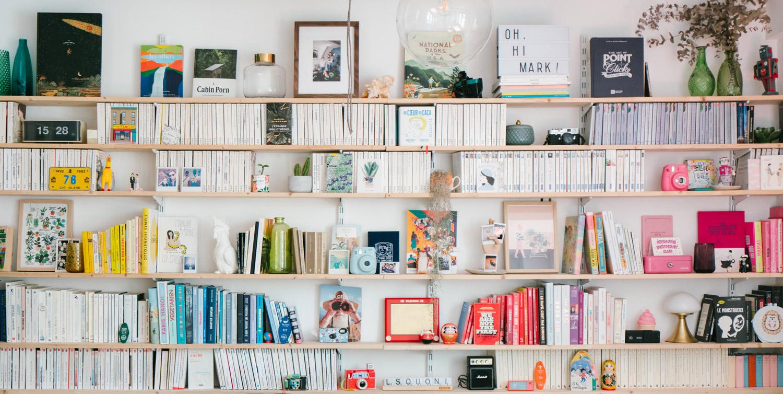 mur de livres dans maison